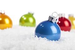 Chuchería azul de la Navidad en nieve decorativa Imagen de archivo