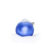 Chuchería azul del Año Nuevo de la Navidad, bola que miente en la nieve blanca, nevado, nevosa Imagen de archivo