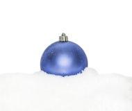Chuchería azul del Año Nuevo de la Navidad, bola que miente en la nieve blanca, nevosa Imagen de archivo