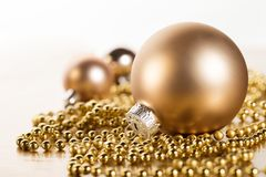Chuchería brillante con el adorno de la Navidad Fotografía de archivo