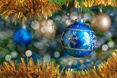 Chuchería de la decoración del árbol de navidad en el CCB adornado del árbol de navidad foto de archivo libre de regalías