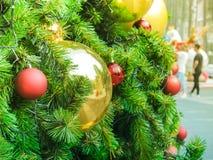 Chuchería de la decoración en el árbol de navidad adornado Imágenes de archivo libres de regalías