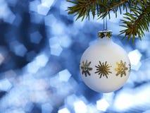 Chuchería de la Navidad blanca en parte posterior del azul imagen de archivo