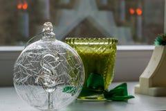 Chuchería de la Navidad con la figura del cisne interior y la vela Foto de archivo