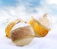 Chuchería de la Navidad en el fondo blanco de la nieve Imagen de archivo
