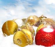 Chuchería de la Navidad en el fondo blanco de la nieve Foto de archivo