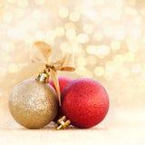 Chuchería de la Navidad en fondo de oro Fotografía de archivo