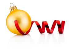 Chuchería de oro de la Navidad y papel que se encrespa rojo aislados en blanco Imagen de archivo