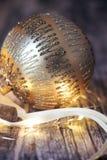 Chuchería de oro de la Navidad en fondo de madera imagen de archivo