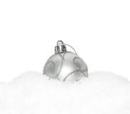 Chuchería de plata del Año Nuevo de la Navidad, bola que miente en la nieve blanca Fotos de archivo libres de regalías