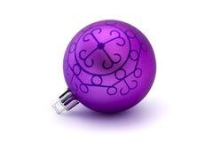 Chuchería púrpura de la Navidad sobre blanco Foto de archivo libre de regalías