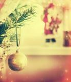 Chuchería retra de la Navidad en árbol sobre la decoración del sitio Fotos de archivo libres de regalías