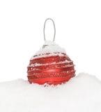Chuchería roja del Año Nuevo de la Navidad, bola que miente en la nieve blanca Imágenes de archivo libres de regalías