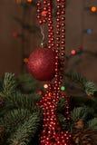 Chuchería roja y decoración moldeada de la guirnalda Imagen de archivo