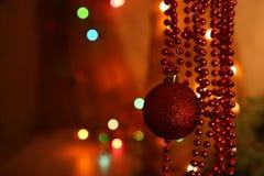 Chuchería roja y decoración moldeada de las guirnaldas Foto de archivo
