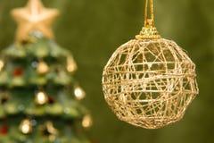 Chuchería y árbol de navidad del oro Foto de archivo libre de regalías