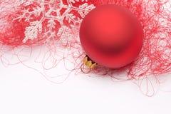 Chuchería y copo de nieve rojos de la Navidad Fotografía de archivo