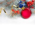 Chuchería y deorations rojos de la Navidad en el fondo blanco Fotos de archivo
