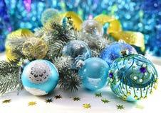Chucherías azules con la conífera y el cordón de oro Foto de archivo libre de regalías