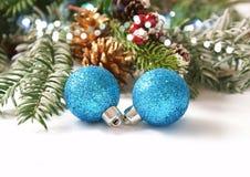 Chucherías azules de la Navidad del brillo con las ramas de árbol de abeto imagen de archivo libre de regalías