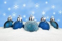 Chucherías azules en la nieve imagen de archivo libre de regalías