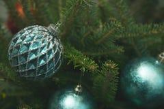 Chucherías azules en un árbol de abeto Imagen de archivo libre de regalías