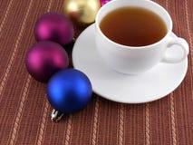 Chucherías blancas de la taza y de la Navidad del café del té, concepto del día de fiesta Foto de archivo libre de regalías