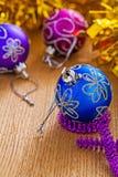Chucherías coloreadas de la Navidad en los tableros de madera Fotografía de archivo libre de regalías