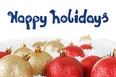 Chucherías de la bola de la Navidad, oro y colores rojos, decoración en la nieve Fotos de archivo