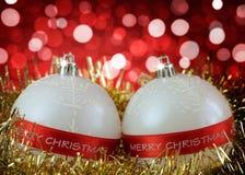 Chucherías de la Navidad blanca con la muestra de la Feliz Navidad imagen de archivo