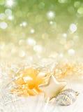 Chucherías de la Navidad del oro y de la plata en fondo Imagenes de archivo