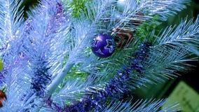Chucherías de la Navidad en el árbol de plata almacen de video