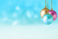 Chucherías de la Navidad en el fondo Nevado Fotografía de archivo libre de regalías