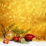 Chucherías de la Navidad en nieve Imagen de archivo libre de regalías
