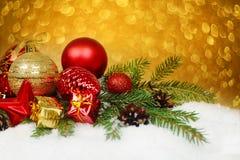 Chucherías de la Navidad en nieve Fotografía de archivo