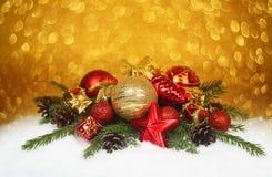 Chucherías de la Navidad en nieve Fotos de archivo