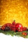 Chucherías de la Navidad en nieve Fotografía de archivo libre de regalías