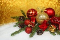 Chucherías de la Navidad en nieve Foto de archivo libre de regalías
