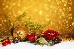 Chucherías de la Navidad en nieve Imagen de archivo
