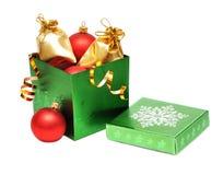 Chucherías de la Navidad en rectángulo de regalo Fotografía de archivo