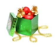 Chucherías de la Navidad en rectángulo de regalo Fotos de archivo