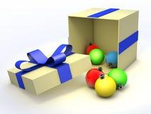 Chucherías de la Navidad hacia fuera del rectángulo de regalo Foto de archivo libre de regalías