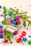 Chucherías de la Navidad para la decoración en el fondo blanco Foto de archivo