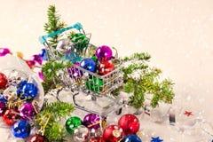 Chucherías de la Navidad para la decoración en el fondo blanco Fotografía de archivo