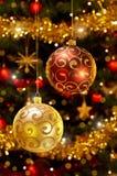 Chucherías de la Navidad que cuelgan en el árbol de navidad Foto de archivo libre de regalías