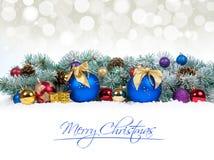 Chucherías de la Navidad y bolas azules con el árbol de abeto de la nieve Fotografía de archivo