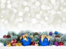 Chucherías de la Navidad y bolas azules con el árbol de abeto de la nieve Imagen de archivo libre de regalías