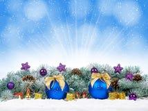 Chucherías de la Navidad y bolas azules con el árbol de abeto de la nieve Fotos de archivo