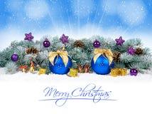 Chucherías de la Navidad y bolas azules con el árbol de abeto de la nieve Fotos de archivo libres de regalías