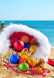 Chucherías de la Navidad y rectángulos de regalo en sombrero de la Navidad Fotografía de archivo libre de regalías